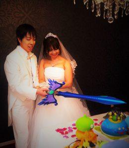 結婚式のケーキカットを勇者の剣で?コスプレ衣装とアイテムでコス婚